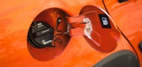 О чем свидетельствует шипящий звук при открытии крышки бензобака?